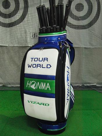 本間ゴルフの最新モデルのクラブでフィッティングを行います